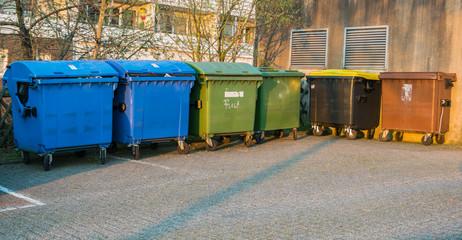 mehrere Recyceln Mülltonnen verschieden farbisch