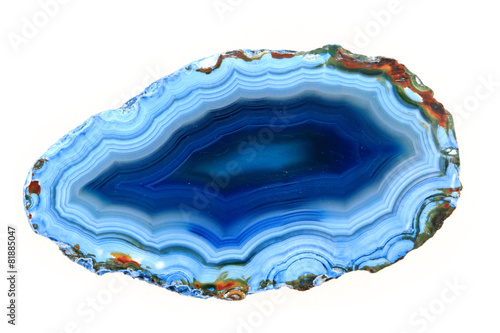 niebieski agat na białym tle