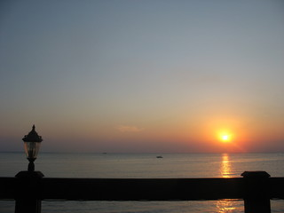 Закат на море из окна приморского отеля