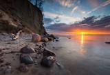 Cliff na brzegu morza o wschodzie słońca. Zdjęcie długiego narażenia na Morze Bałtyckie