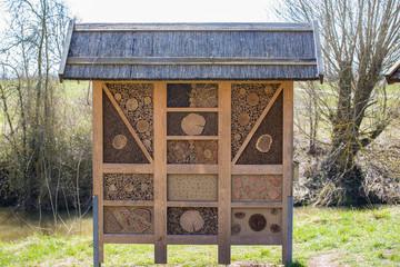 Insektenhotel mit Dach