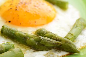 asparagi verdi e uova
