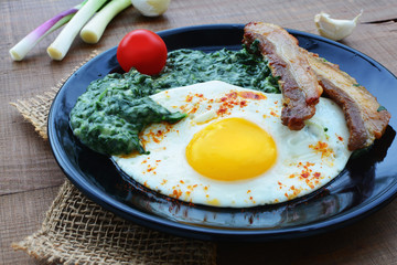 Fried egg with spinach dip and bacon