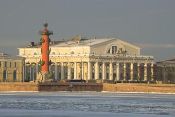 Здание Биржи и Ростральная колонна солнечным февральским утром