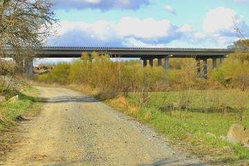 Дорога вдоль берега реки