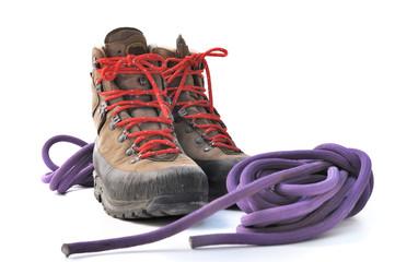 chaussures de randonnée et cordage sur fond blanc