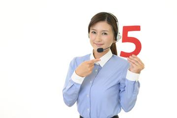 数字を持つ女性