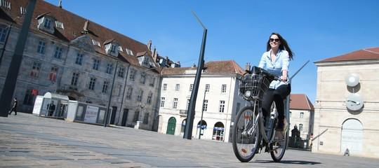 Jeune femme faisant du vélo en ville