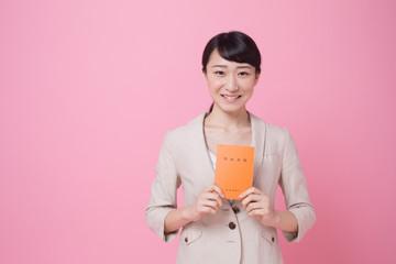 年金手帳を持つ若い女性