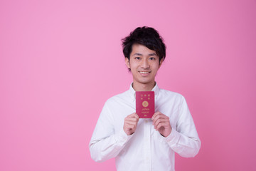 パスポートを持つ男性