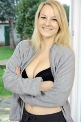Frau in Freizeitanzug lächelt