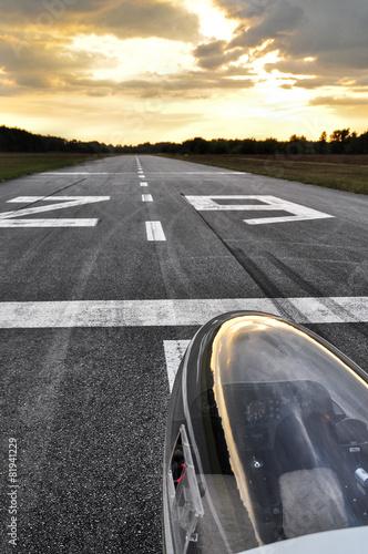 Segelflugzeug auf der Landebahn - 81941229