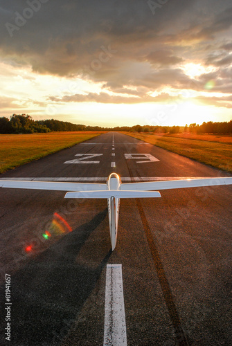 Glider on the runway - 81941657