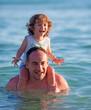 Padre e figlio giocano al mare