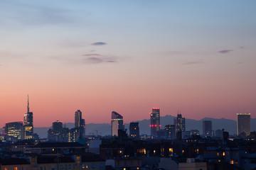 Grattacieli a Milano di sera