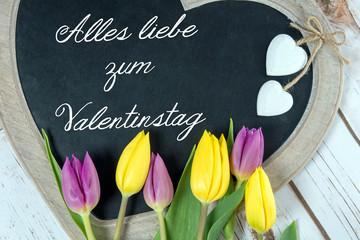 Holztafel in Herzform mit Alles liebe zum Valentinstag