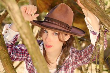 Huebsche Frau mit Cowboyhut