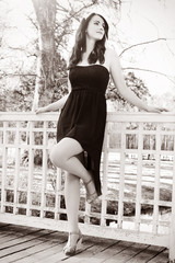 wunderschöne Frau wartet im Park