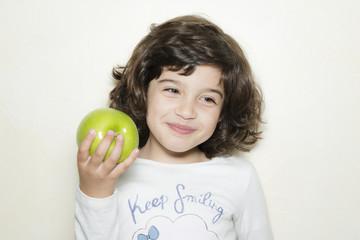 Niña comiendo manzana verde