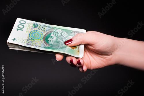 Polskie pieniądze w kobiecej dłoni - banknoty - 81956082