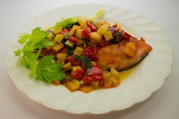 鮭のムニエル彩り野菜ソースがけ