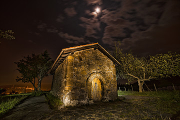 Ermita bajo la luna