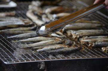 網焼きされる小魚