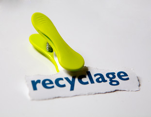 recyclage recycler pince a linge verte