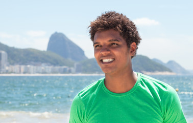 Entspannter Latino im grünen Shirt an der Copacabana