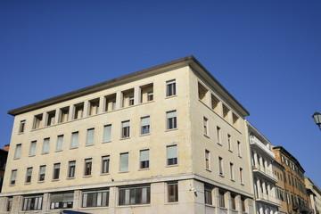 Facciata edificio moderno giallo, uffici, nuova edilizia