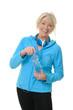 Sportliche Seniorin mit Kopfhörer und Wasserflasche