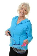 Sportliche Seniorin mit Federballschläger