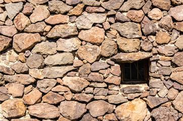 Fenster in Hütte aus Felsen