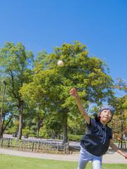 女の子がボールを投げる瞬間