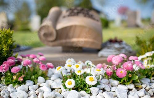 In de dag Begraafplaats Grabgestaltung
