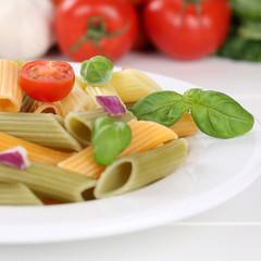 Italienisches Essen bunte Penne Rigate Nudeln Pasta mit Tomaten