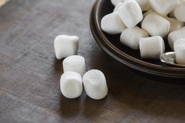 Mini Marshmallows auf Teller