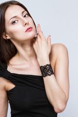 Молодая девушка с браслетом на руке
