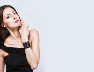 Утонченная брюнетка с черным браслетом на руке