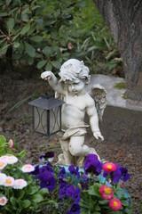 Engel mit Laterne auf einem Grab