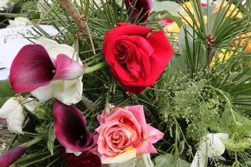 Blüten der Trauer bei Beerdigung