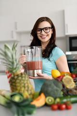 junge frau ernährt sich vegetarisch