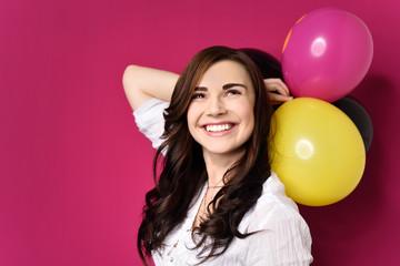glückliche frau feiert mit luftballons