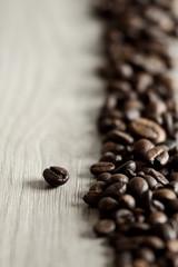 granos de cafe sobre mesa de madera