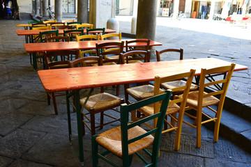Tavolo vuoto e seggiole di legno, pranzo