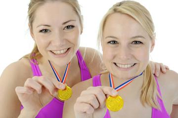 Frauen zeigen Medaille nach Sieg