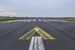 Leinwanddruck Bild - Flughafen Landebahn und Flugfeld bei Sonnenaufgang