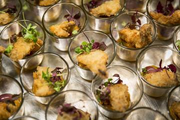 Tablett mit Catering / Schnitzel im Glas