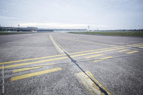 Foto op Canvas Luchthaven Flughafen Landebahn und Flugfeld bei Sonnenaufgang
