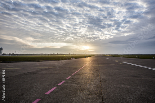 Fotobehang Luchthaven Flughafen Landebahn und Flugfeld bei Sonnenaufgang